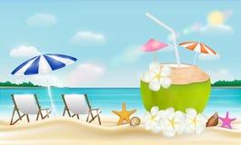 Вода питья кокоса с шезлонгом на пляже песка моря Стоковое Изображение