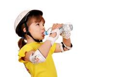 Вода питья маленькой девочки стоковая фотография