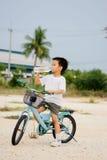 Вода питья мальчика от бутылки Стоковое Изображение