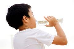 Вода питья мальчика от бутылки Стоковые Фото