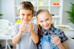 Вода пить детей стоковое фото rf