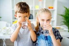 Вода пить детей стоковые фотографии rf