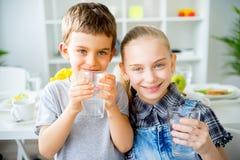 Вода пить детей стоковая фотография rf