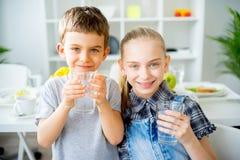 Вода пить детей стоковое изображение rf