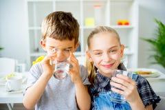 Вода пить детей стоковое изображение