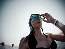 Вода подныривания девушки отключения перемещения индюка лета Стоковые Фотографии RF