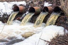 Вода пропускает от больших труб Стоковое Изображение RF
