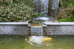 Вода пропускает через шаги гранита Стоковая Фотография