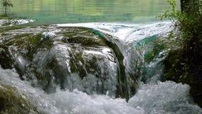 Вода пропуская вниз с камней Стоковая Фотография