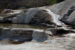 Вода пропуская над утесами стоковая фотография