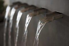 Вода пропуская от фонтанов стены Стоковое фото RF