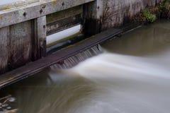 Вода пропуская через замок стоковое изображение