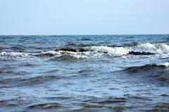Вода пляжа моря с волнами Стоковая Фотография