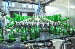 вода разливая по бутылкам завода Стоковое Изображение RF