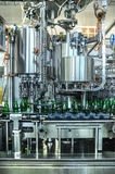 вода разливая по бутылкам завода Стоковые Изображения