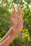 вода рук Стоковая Фотография