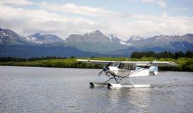 Вода самолета понтона самолета одиночной упорки приземляясь последнее Аляски Стоковые Фотографии RF