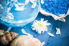 Вода состава курорта - соль для принятия ванны обстреливает цветки Стоковое фото RF