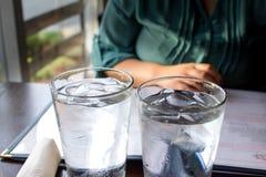 Вода со льдом, который служат на обедающем стоковая фотография rf