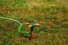 Вода спринклера сада распыляя Стоковое Фото