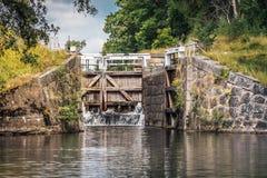 Вода старого затвора у шлюза протекая Стоковое фото RF