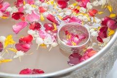 Вода с жасмином и венчиком роз Стоковое Изображение RF