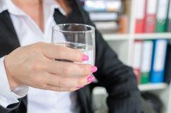 вода удерживания бизнесмена стеклянная Стоковое фото RF