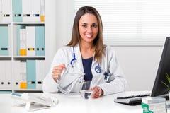 вода удерживания доктора женская стеклянная Стоковые Изображения RF