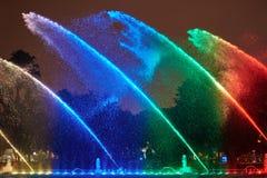 Вода цвета радуги в фонтане Стоковые Изображения RF