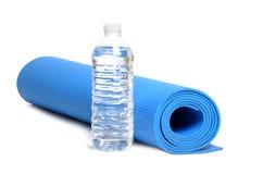 Вода циновки йоги стоковая фотография rf