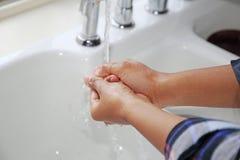 Вода Faucet бежать на руки Стоковая Фотография RF