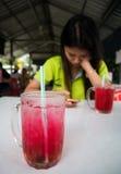 Вода od стекла красная на таблице в ресторане стоковая фотография rf