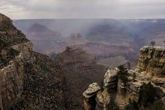 Во взгляде вне в гранд-каньоне стоковые изображения