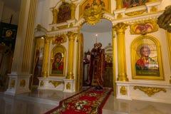 Во время обслуживания воскресенья в Русской православной церкви Стоковое Фото