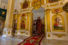 Во время обслуживания воскресенья в Русской православной церкви Стоковые Фото