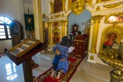 Во время обслуживания воскресенья в Русской православной церкви Стоковые Изображения RF
