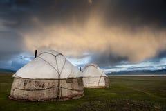 Во время сезона лета киргизские кочевники положили их yurts на песню Стоковые Фотографии RF
