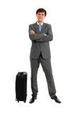Во всю длину бизнесмена стоя близко багаж Стоковые Изображения