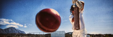 Во всю длину отбивающего мяч играя сверчка на тангаже против голубого неба стоковая фотография
