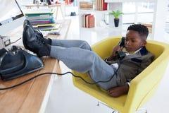 Во всю длину бизнесмена говоря на телефоне назеиной линии Стоковое Изображение RF