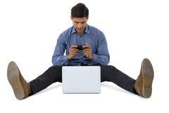Во всю длину бизнесмена играя видеоигру на компьтер-книжке Стоковое Изображение RF