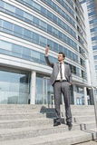 Во всю длину бизнесмена принимая selfie на шагах вне офиса Стоковые Фотографии RF