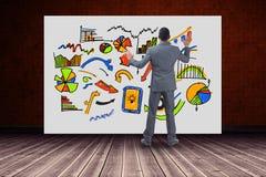 Во всю длину бизнесмена смотря диаграммы на доске счета Стоковая Фотография