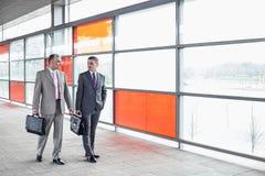 Во всю длину бизнесменов с портфелем идя в железнодорожную станцию Стоковая Фотография RF