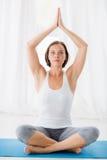 Во всю длину женщины выполняя йогу Стоковое Изображение RF