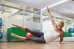 Во всю длину женщины делая тренировку фитнеса в спортзале Стоковая Фотография RF