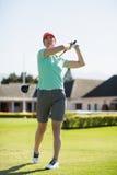 Во всю длину женщины игрока в гольф принимая съемку Стоковые Фото