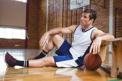 Во всю длину заботливого баскетболиста Стоковые Фотографии RF