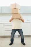 Во всю длину коробок нося человека перед его стороной Стоковая Фотография