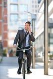 Во всю длину красивых людей пойдите к на работе с велосипедом стоковые фото